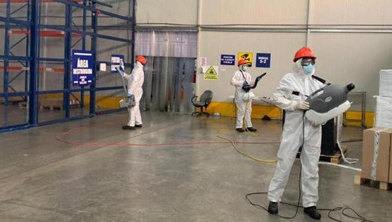 Personal de limpieza realizando desinfección contra Covid-19 en ciudad de Panamá